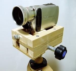 自作の微動装置の上にビデオカメラ