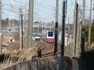 東日本大震災で若宮に置かれた特急と補修用トラック