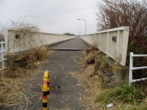 歩道に段差と隙間