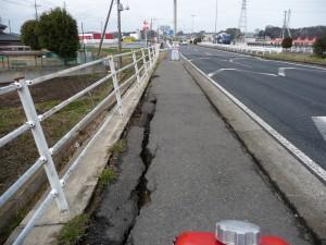 歩道の端は地割れ