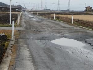 液状化で中央が凹んだ道路