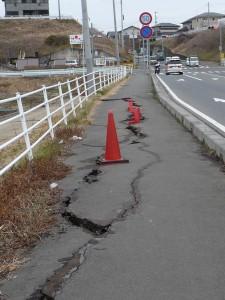 地割れした歩道