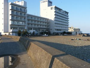 大洗ホテルと津波で上がった漁船
