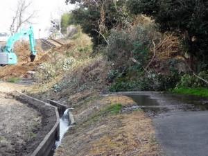 線路の手前から崖崩れ