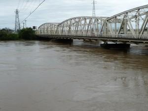 台風15号で増水する那珂川(水戸)