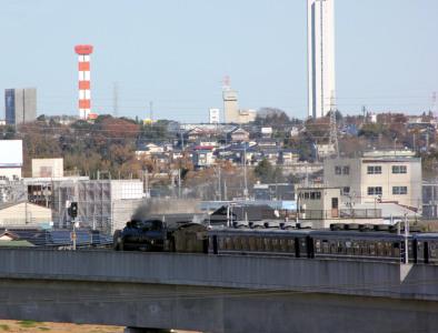 エレベーター塔と蒸気機関車