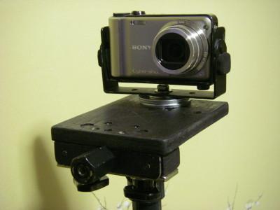 DIYスタビライザーのカメラ台にジンバルマウントでソニーのコンデジを載せる。