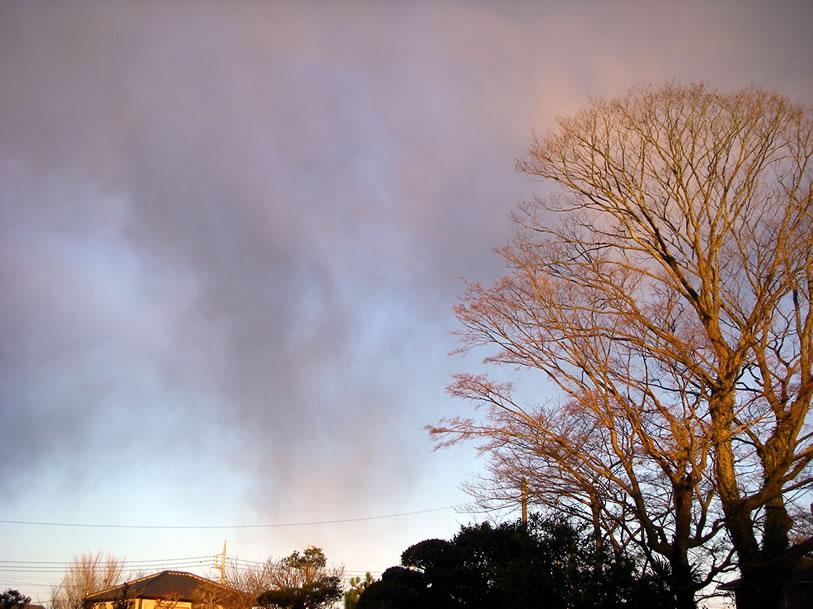 上空の冷たい雲が墜落
